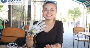 Тернополянка на захист дипломної створила макет руки, яка озвучує мову жестів